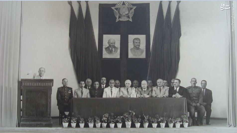 سران فرقه دموکرات آذربایجان (تشکیلات دستنشاندهی شوروی) زیر عکس لنین و استالین